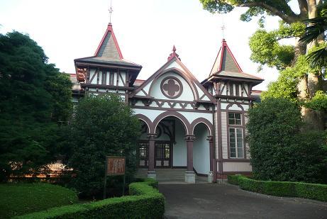 正面玄関の三連尖頭アーチと左右の尖塔