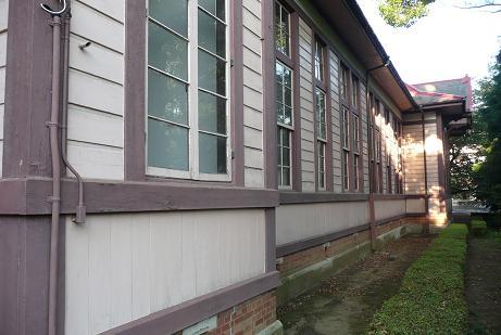正面左側の校舎