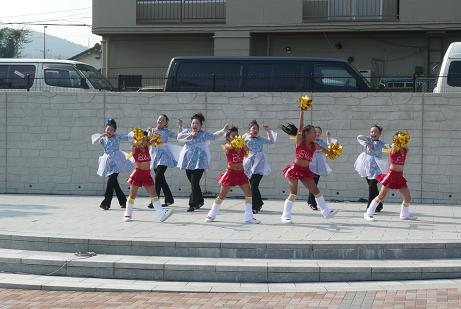ピンクサンダーによる子供達のダンス