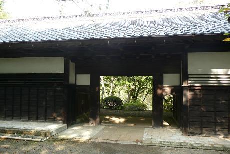 庭園奥の長屋門