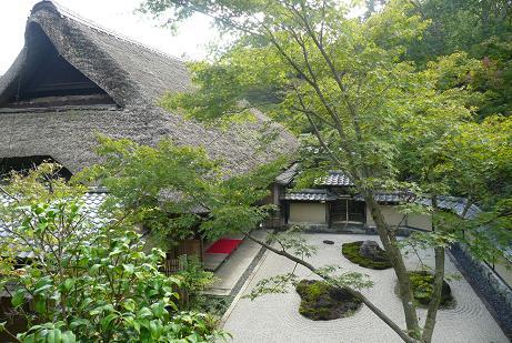外塀からの春風萬里荘と石庭