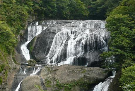 最上部の第3デッキからの滝の上部
