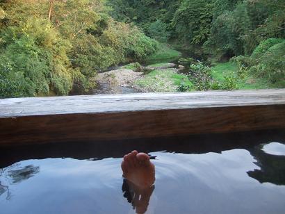 野天風呂でリラックスするおやじの足