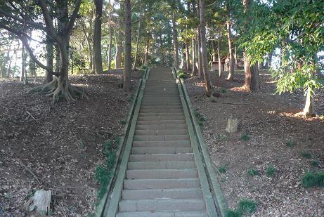 いかにも古墳の上といった拝殿への階段