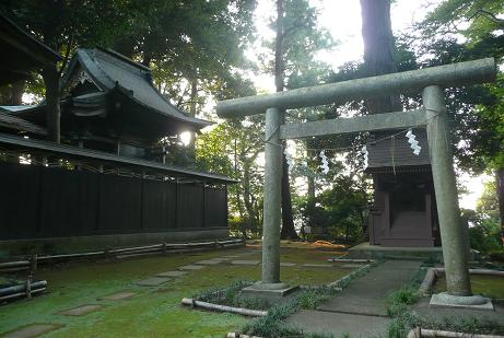 本殿と拝殿横の三島神社