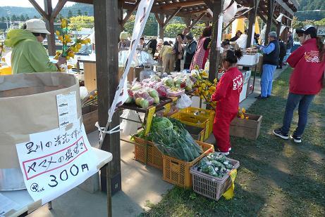 地元野菜などが並んだ特産物即売会コーナー