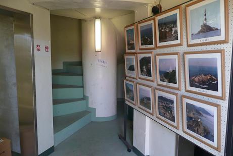 入口での灯台写真展と登り階段