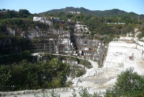 露天掘りの石切場