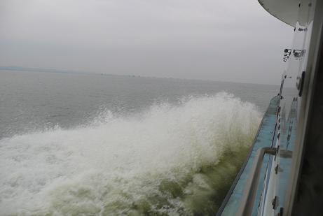加速する遊覧船の水しぶき