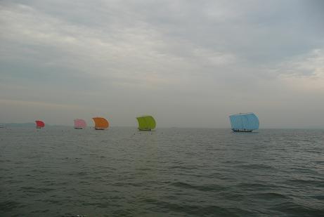 七色帆引き船