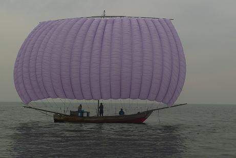 紫色帆引き船の背中