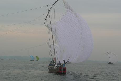 風を受ける帆引き船