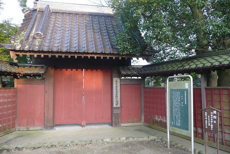 閉ざされた記念館の門