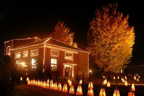 ライトアップされた赤レンガと銀杏の木