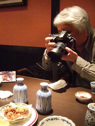 ニコンの最高級機種で、たこ唐揚げにを撮影するreev21さん!