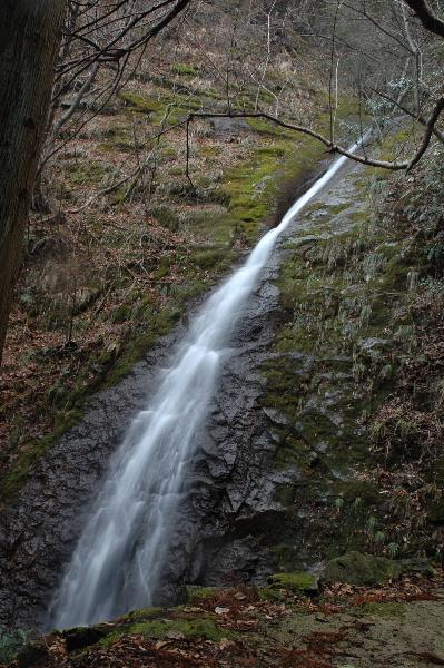 山肌に沿って流れるオウネン滝