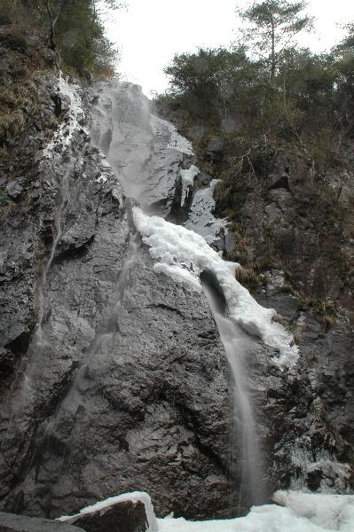下から見上げる篇妙の滝