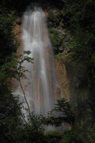 三本滝の一つ「本沢の滝」