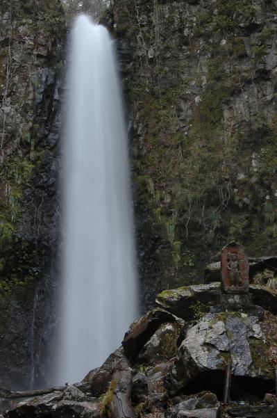 雨滝と仏様・・・お邪魔しますって挨拶。