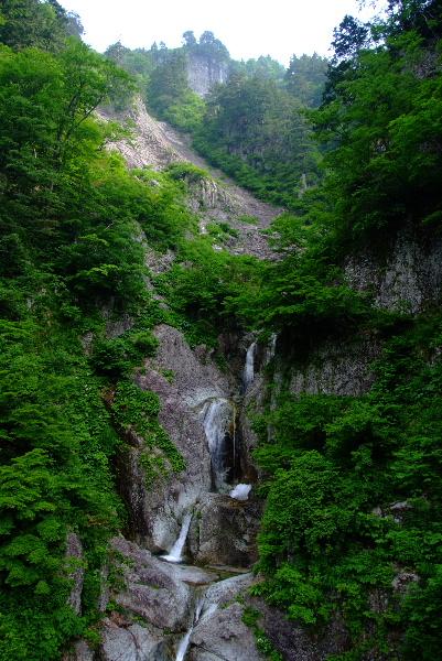 カモシカ滝全景・・5段です