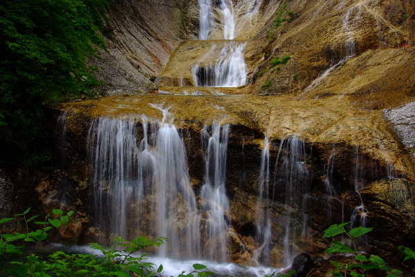 露天風呂眼前の滝下