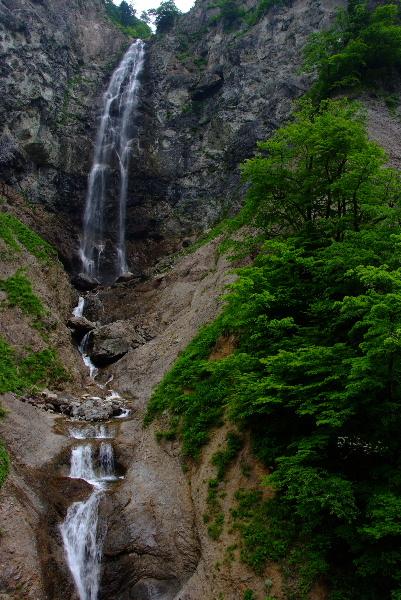 ふくべの大滝全景・・何段にも落ちてきます