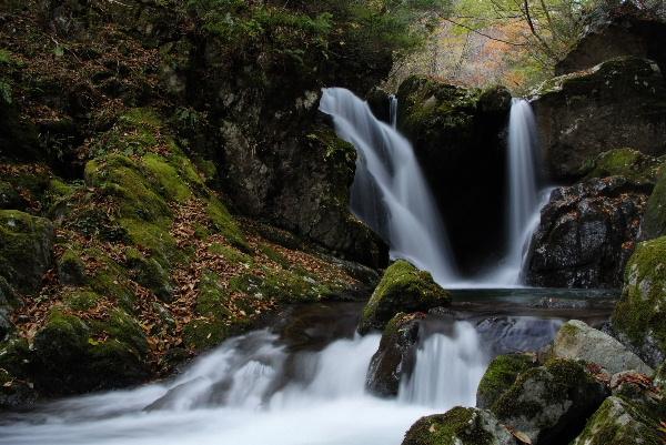 明神滝と滝つぼからの流れ