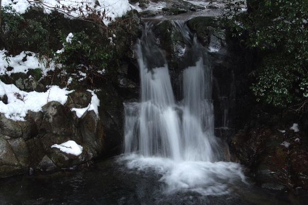 鉈取淵の滝・・本当は滝前は広いはずなのですが・・