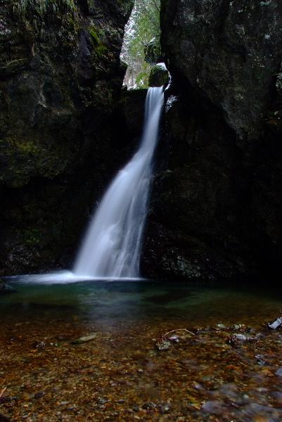 いつもながら落差はないけれど端正な滝です