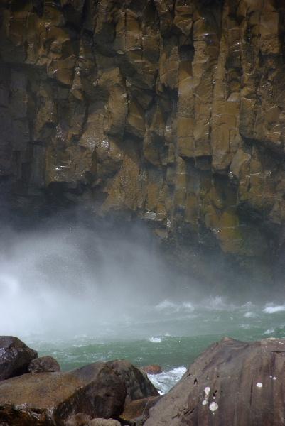 水煙と岩肌がきれい