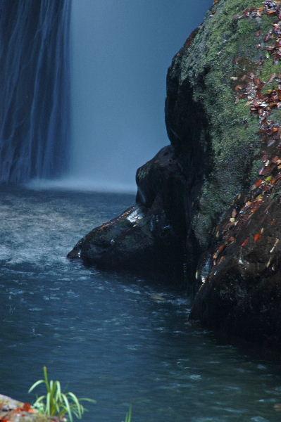 少し引くと滝からの流れが綺麗です。