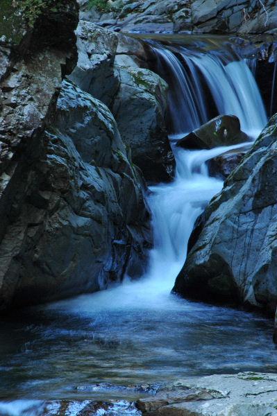 岩肌を流れ落ちる様子は滝のようでした。