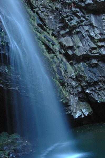 滝の横顔・・・青白く光るながれは神秘的です。