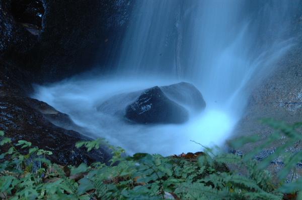 このちいさな滝の落下点は私には宝石のように見えました。