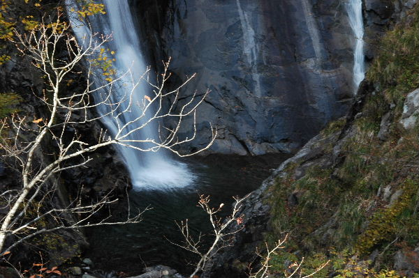 滝つぼの周りは断崖絶壁・・・