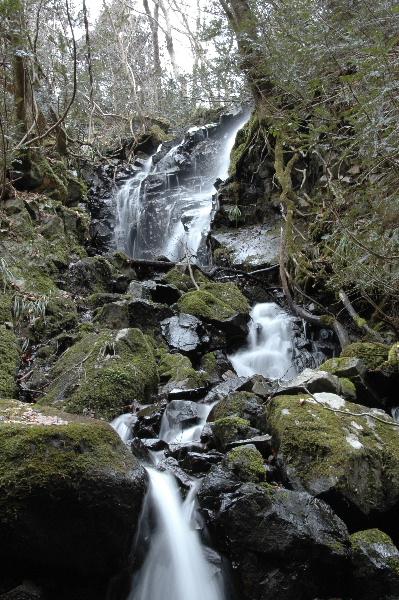 脇を流れる滝