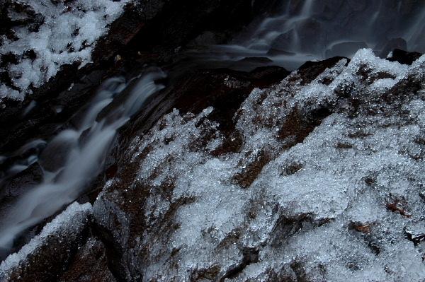 周りにはこんなに氷が・・・滝が小さく見えました