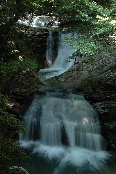 三段の変わった滝でした