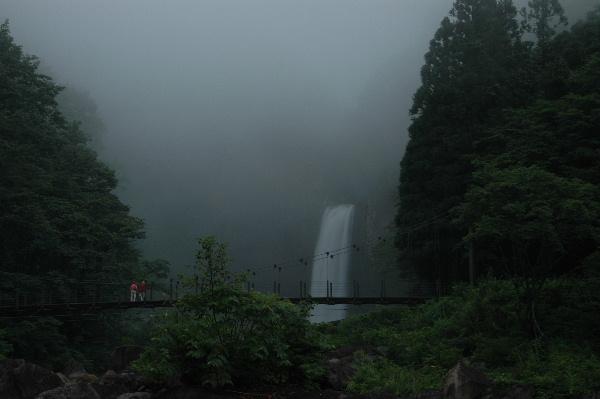 遠くに苗滝、この頃はまだ滝の落ち口が見えます。