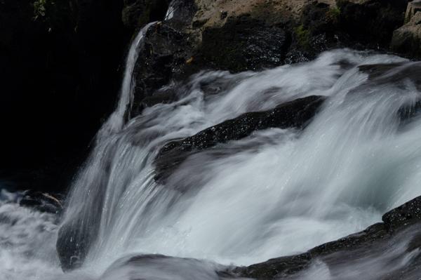 十戸の滝へのつり橋より 渓流の勢いがありました