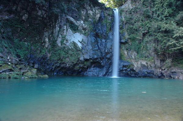滝口が広く穏やかな八反滝