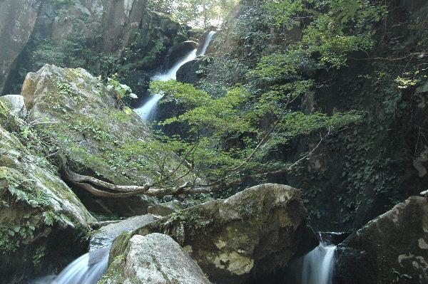 二つ滝 左手の滝 小さな流れが三つあります
