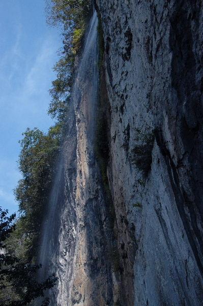 井倉洞の滝・・青空に水が溶け込んでいました♪