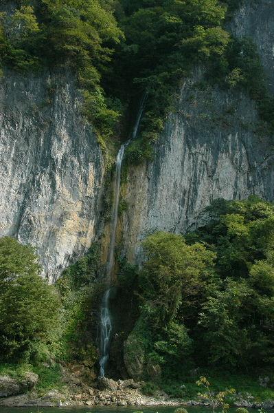 井倉洞の滝、かなり大きな滝です。