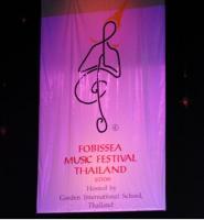 Fobissea のマーク、ト音記号とタイの挨拶がデザインされている