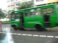 バスには人は乗っていません