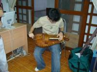 天才オーム、ハーディーガーディーを弾く