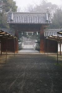 霧の中の随神門