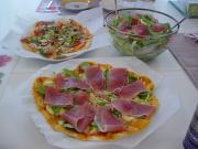 ミックスピザ(奥)&サラダ