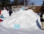 幼稚園冬の運動会雪像用の雪山